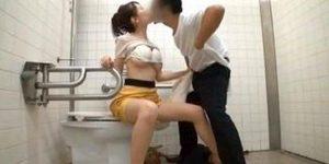 モデル系女性と公園のトイレでエッチしてから野外セックスを楽しみ中
