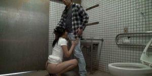 くっさいチンコが好きな女がトイレで咥えたエッチな体験談